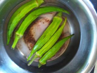 鸡蛋炒秋葵,锅烧开水,放入几点食用油和适量的盐,再放入秋葵焯凉分钟,捞出过凉