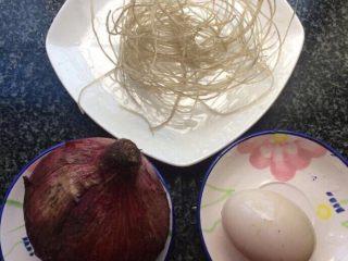 洋葱粉丝炒鸡蛋,准备食材