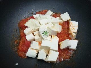 清新番茄豆腐,豆腐切成小块,放到锅中。