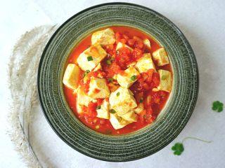 清新番茄豆腐,撒上小葱就可以了,口味酸酸很好吃呦。