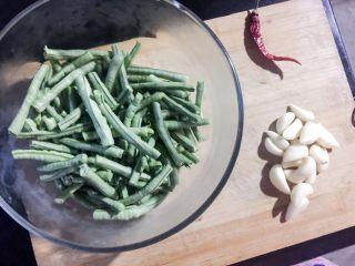 凉拌豆角,准备食材、清洗干净:豆角、蒜、红辣椒 盐、鸡精、十三香 生抽、香油、醋