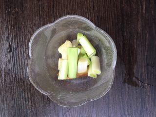 红烧鸡爪,将2瓣蒜切成蒜块。 大葱切小段。