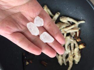 红烧鸡爪,放入3块冰糖,可以根据自己的口味少放冰糖。