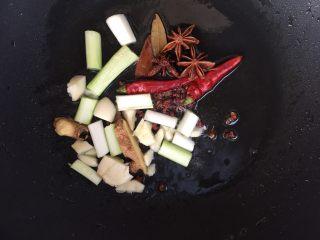 红烧鸡爪,锅里放适量的油,油热以后转小火,放入所有调料。 ⚠️注意是小火慢炒,炒出香料的香味。