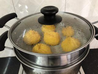 以假乱真~橘子馒头,全部整好后,放锅里大火蒸15分钟就可以了
