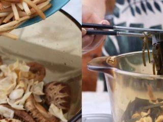 一碗这个汤,放入料理好的黄花菜、海带丝