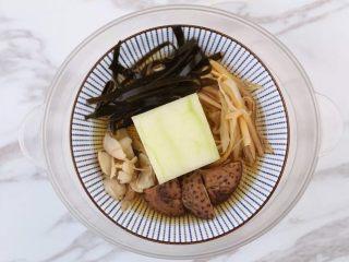 一碗这个汤,放入蒸锅中,继续蒸30分钟左右,冬瓜熟透即可……