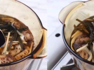 一碗这个汤,煨汤最后几分钟,放盐和生抽稍煮片刻关火备用