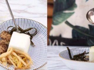 一碗这个汤,所有食材摆盘,加少许浓汤