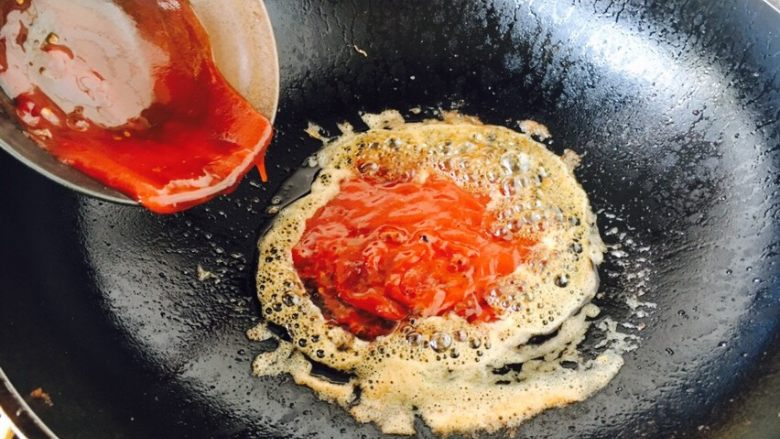 茄汁焖大虾,放入准备好的茄汁,炒香。