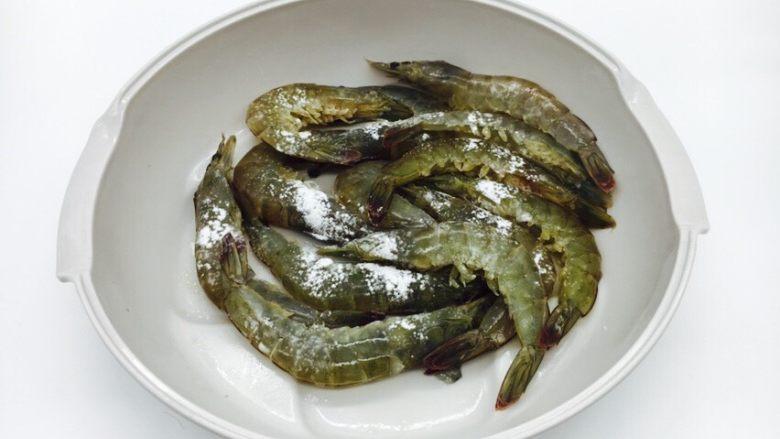 茄汁焖大虾,往虾的表面撒一层薄薄的淀粉和3g的盐,并且摇匀,虾的表皮略带少许淀粉,油热后需及时油炸。