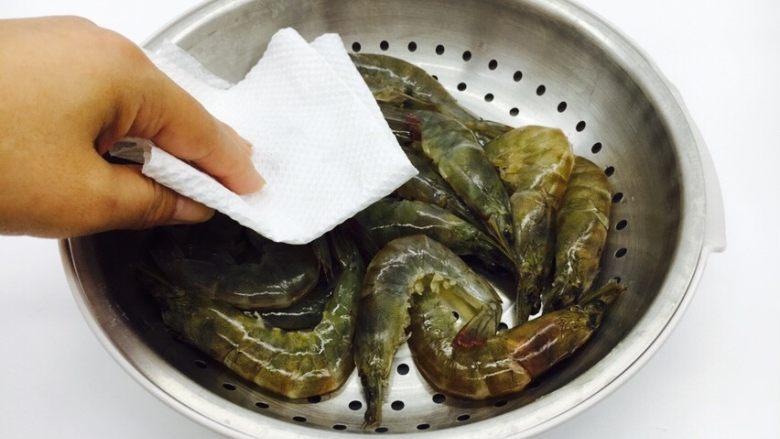 茄汁焖大虾,用厨房用纸吸干虾的水份。