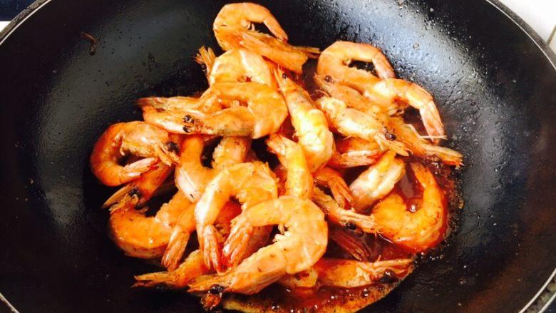 茄汁焖大虾,放入炸好的虾