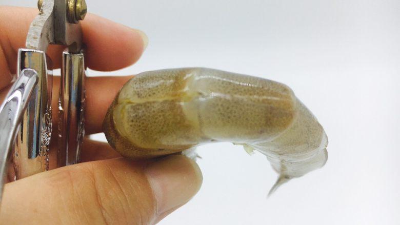 茄汁焖大虾,用剪子开背