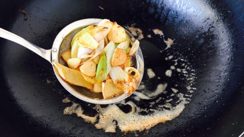 茄汁焖大虾,当佐料变成金黄色时捞出佐料扔掉。