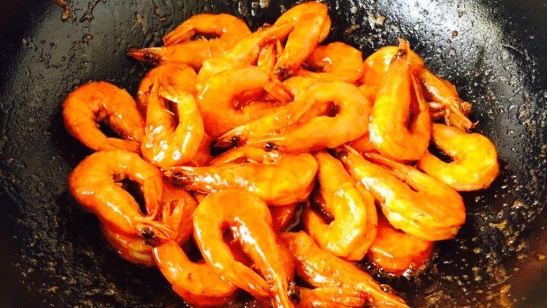 茄汁焖大虾,酸甜的茄子大虾做好了,关火。