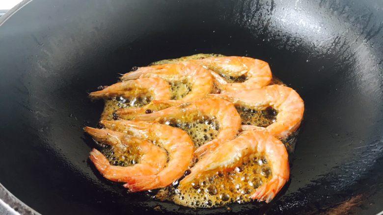 茄汁焖大虾,把虾的两面都成金黄色