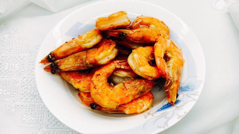 茄汁焖大虾,虾炸好了后用厨房用纸沥一下油。 用蓖网沥油更好。
