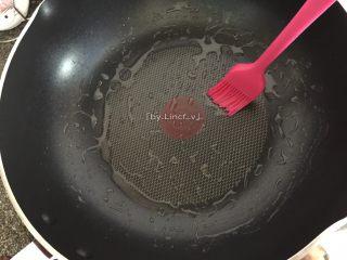日式海苔玉子烧,接着热煎锅后刷上少许油转小火