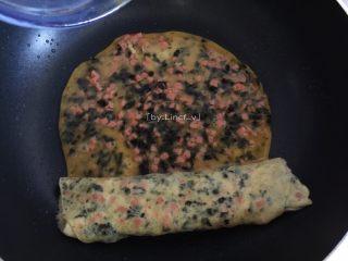 日式海苔玉子烧,接着重复上一步骤继续煎最后的海苔鸡蛋液,至差不多溶固时卷起成卷