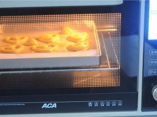 #不一样的泡芙#卡仕达爱心泡芙,烤箱事先220度预热,保持五分钟以上,将烤盘放进去后迅速转200度烤15分钟,让泡芙膨大,转180度烤20分钟定型后再转150度烤5分钟