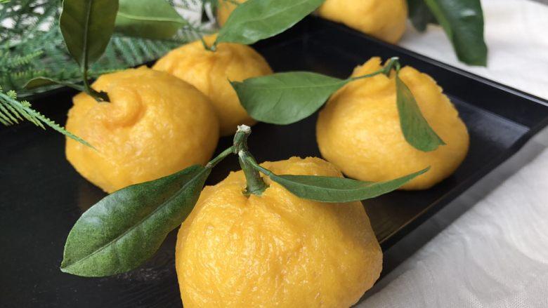 以假乱真~橘子馒头,出锅后,插上橘子叶,放进果篮里,等着某人回来抓起剥皮吧!😄😄😄