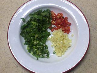凉拌海带,蒜子,葱,香菜切末,小米辣切辣椒圈。