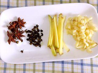 河南特色美食——卤面条,配料切好备用