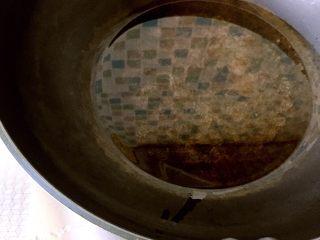 河南特色美食——卤面条,炒锅放入平时炒菜用量的两倍油