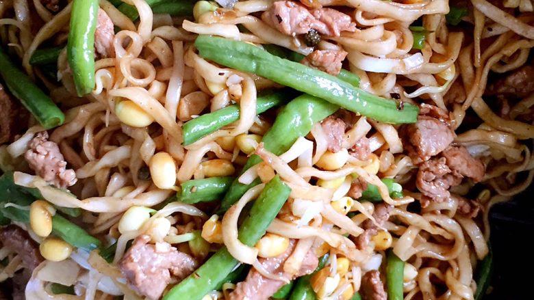河南特色美食——卤面条,把蒸好的卤面条再次倒入炒锅和蒜沫翻拌均匀,即可开吃啦