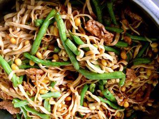 河南特色美食——卤面条,再次把拌均匀的面条和菜放进蒸锅,中火蒸八分钟
