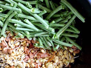 河南特色美食——卤面条,逐次放入豆瓣和豆角