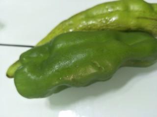 素干锅花菜,青椒两个,洗净备用