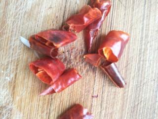 素干锅花菜,辣椒切断备用,这个可以根据个人口味加减。