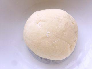 水单饼(烫面法、附卷饼方法),用手和成光滑的面团后盖上保鲜膜醒发10min