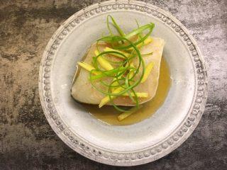 清蒸鳕鱼,腌制好后放上生姜丝、香葱