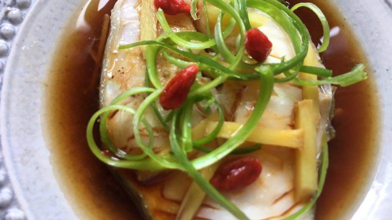 清蒸鳕鱼,出锅前放上枸杞和香葱装饰