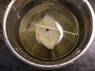 清蒸鳕鱼,鳕鱼用清水解冻,冲洗干净