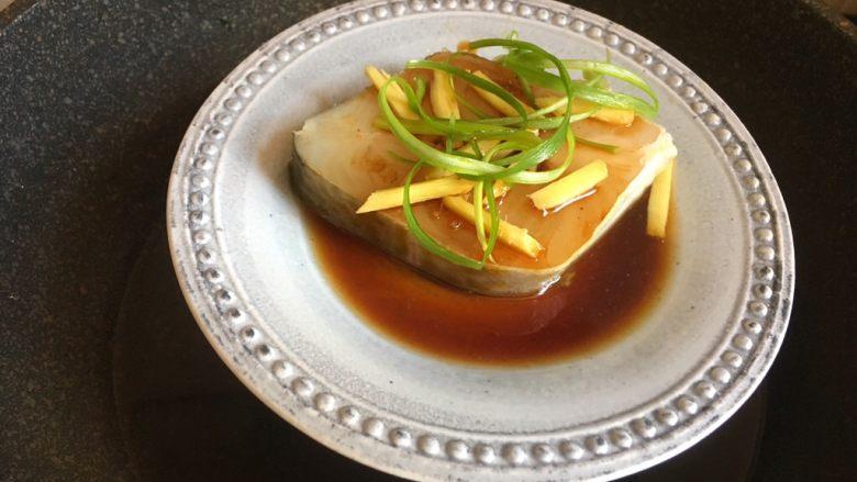 清蒸鳕鱼,锅中加水,烧开后放入鳕鱼蒸熟