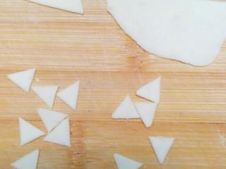 柴犬豆沙包,白色面团擀成薄片,切成三角形,要切的比黄色的三角形小一些。