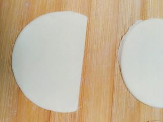 柴犬豆沙包,把圆片从上部切断一块。