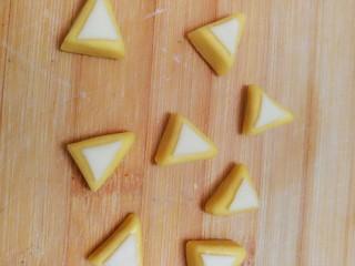 柴犬豆沙包,把白色三角形刷水沾到黄色三角形上。