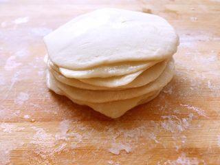 水单饼(烫面法、附卷饼方法),把面皮重叠在一起,没有刷油的那个面皮盖在最上面