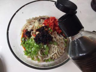 凉拌金针菇,放醋,再放点芝麻油