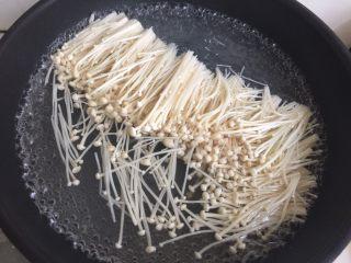 凉拌金针菇,烧一锅热水,水开后放入金针菇煮三分钟捞出