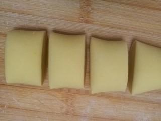 柴犬豆沙包,揉好的面团切成大约45—50克左右一个的面剂子。