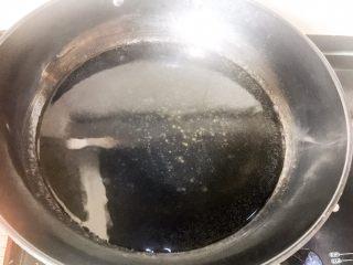 水煮鱼片,锅里放水烧开