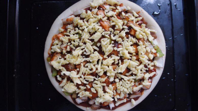 家常香菇披萨,放芝士,因为我不爱吃芝士所以只是上面撒了一层。喜欢的可以在放披萨酱的时候放一层上面在放一层。也可以上面不放只披萨酱上放一层。按自己喜好来