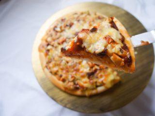 家常香菇披萨,切开