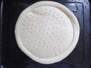 家常香菇披萨,饼皮提前拿出来放烤盘里软化